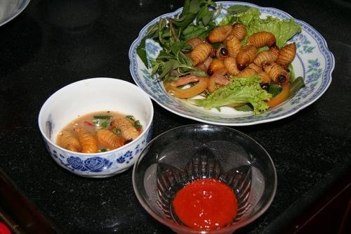 Đuông nướng ăn với các loại rau xà lách, cải trời, càng cua, cải xanh, húng quế, tía tô, ớt.
